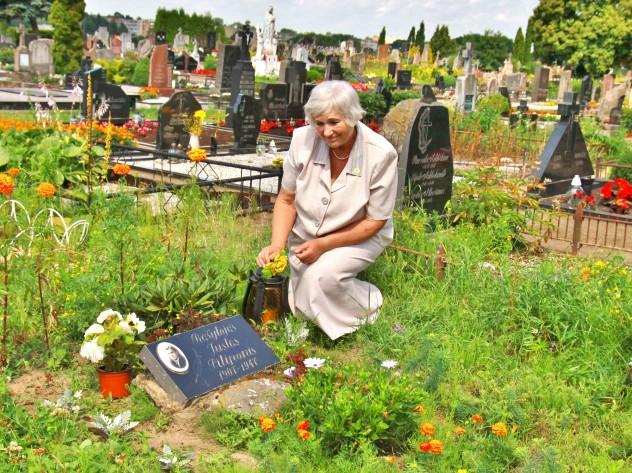 Prie dėdės Justino kapo