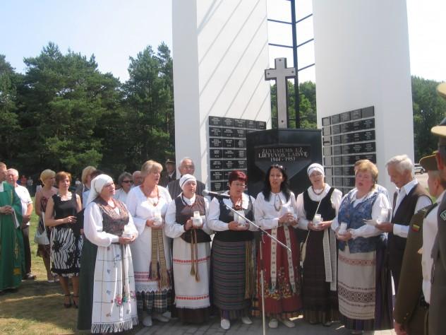 Prie bažnyčios